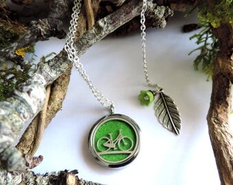 """Necklace """"aromatic"""" bike design: diffuser of fragrance or essential oils, green felt, green flower and silver leaf"""