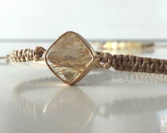 Bracelet of macramé with lockable sliding glass entrepieza
