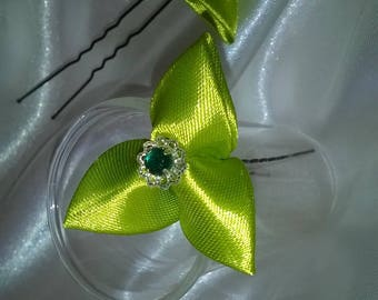 bun in green satin ribbon kanzashi way and peaks in the Center a cup with a green rhinestone