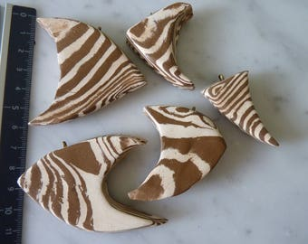 Fish pendants in white and ochre marbled Earth