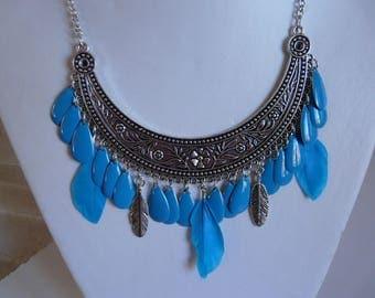 BIB NECKLACE WITH FEATHERS AND BLUE DROPS.