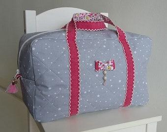 Valisette/vanity grand modèle pour bébé/enfant fille en coton matelassé gris, fuchsia et liberty. Petite valise souple en tissu. Noeud