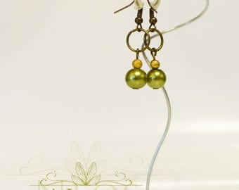 Discreet earrings with green beads