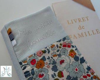 """Protège Livret de famille """"Ma petite famille"""", duo Liberty Betsy porcelaine, tissu bleu petits pois et fanions"""