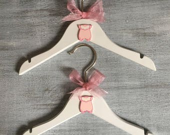 Set of two hangers wood child/baby girl pink and white