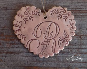 Heart in earthenware with Scalloped edges, lace print, pastel pink and letter 'R'
