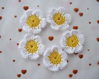 5 white and yellow daisies handmade crochet
