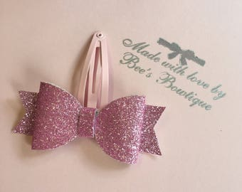 Pink and glittery bow clip