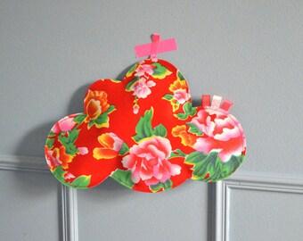 Promo ancien prix 15 euros : nuage en tissu à suspendre réversible coton rouge fleuri et simili cuir argenté