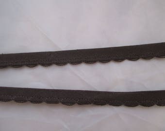 5 meters of Brown piping made of 0.9 cm