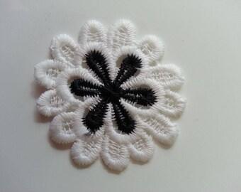 fleur en dentelle   blanc et noir 50mm