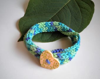 Knitted bracelet with a button, 100% cotton yarn, coloured