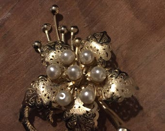 Filigree Brooch Gold coloured with flower