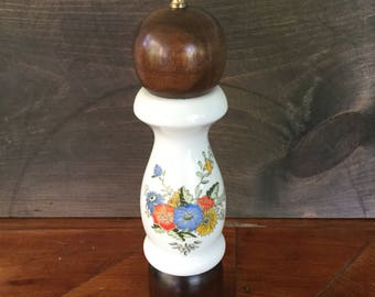 Vintage Pepper Grinder Cheerful Flowers Motif Ceramic and Wood, Vintage Kitchen Decor, Cooking, Foodie, Gift for Chef, 70s Kitchen