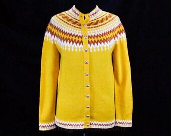 Size 8 Scandinavian Cardigan - 1960s Fair Isle Hand-Knitted Ski Sweater - Intarsia Winter Yellow & White Wool Pullover - Bust 36 - 48632