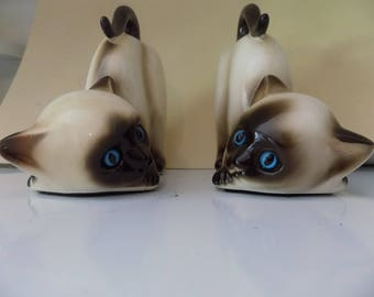 Vintage pair of ceramic siamese cat figurine bookends with blue glass eyes - lefton - korea