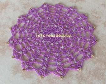 Napperon violet et blanc 16 cm en perles de rocailles