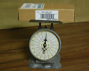 Vintage Pelouze Metal Postal Scale 20 lb. 1940's, vintage package scale, original paint, still in good working condition, great display