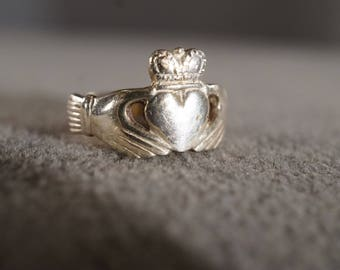 vintage sterling silver traditional band ring in Irish Celtic Claddagh style, size 6   M10