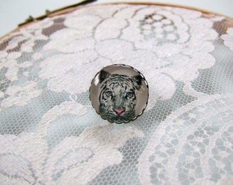 Ring cabochon round white tiger
