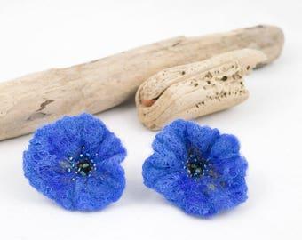 """Boucles d'oreilles """"Fleur"""" - Fleur en laine feutrée et soie brodées de perles"""