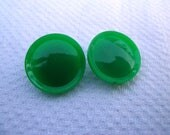 Pretty neat vintage 1950s 1960s bright green plastic round clip on earrings
