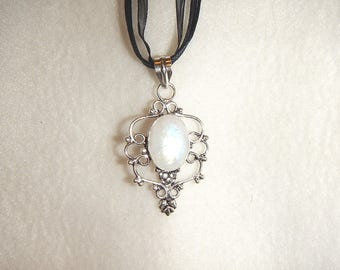 Moonstone pendant necklace set in .925 sterling silver (P613)