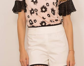 High waisted shorts with macramé detail. white color