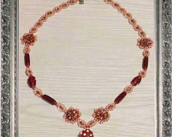 Adorable handmade strawberry necklace made of glass beads in rosé and Samtrot