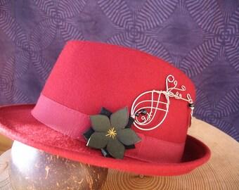 Chapeau coupe borsalino, rouge, fleurs noire et verte. Perles d'Onyx. Taille 59.