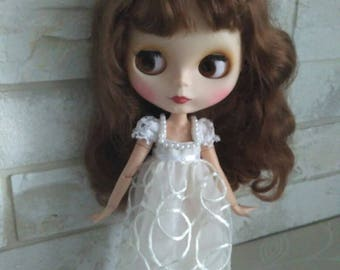 Blythe clothes White Blythe dress with sleeves.