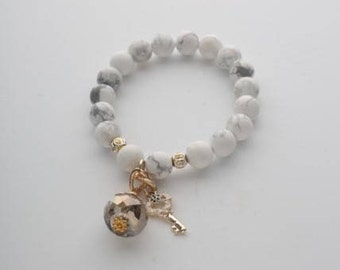 Bracelet with natural white agat, glass crystal and key pendant. Stones size 10mm