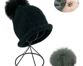 Interchangeable beanie with extra pompom, beanie with two pompom colors.