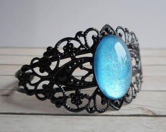 Glittery blue baroque metal bracelet