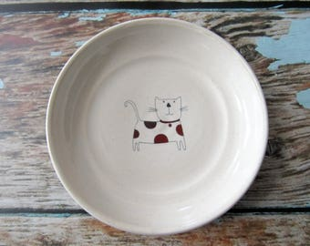 Kitten ring dish, spoon rest or tea bag holder, glazed in white with a brown polka dot cat