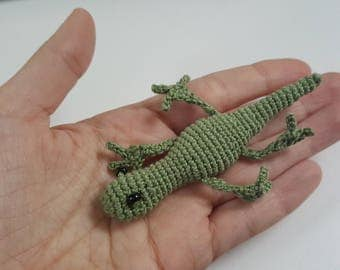 Mini crochet lizard