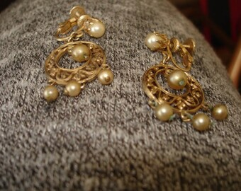 Vintage Accessocraft NYC Goldtone And Faux Pearl Screw Back Earrings