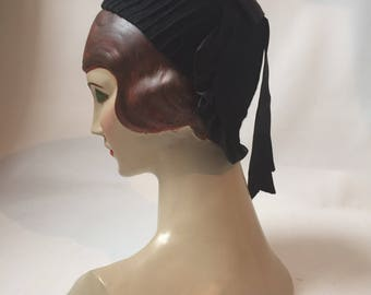 1940s WW2 era vintage black felt pintuck seamed toque hat with back panel and ribbon trim