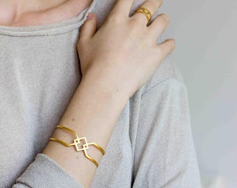 EMBLEME - Minimalist and geometric hand cuff, matte gold-plated bracelet, statement bracelet