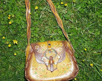 vtg 70s Purdy lil tooled leather purse with o ring and wooden clasp, and wild flower details