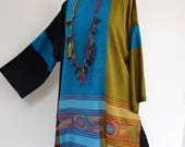Grande Tunique pull  châle  en viscose tissée bleue,  or et noir, dessins rosaces brodés, col rond , larges manches,