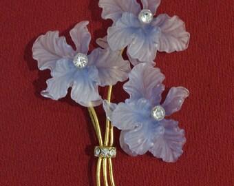 Enchanting 1940s / 1950s posy brooch w/ glass look plastic blossoms, rhinestones