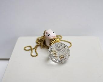 collier sautoir Hubert mon petit hamster sur sa boule de cristal