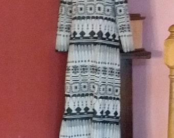 Size Small  70s Dress Great Print  Midi Length