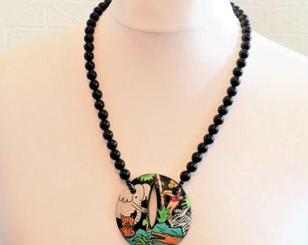Black Marble Bead Necklace with round disc pendant with jungle scene/Retro Necklace/Circa 1980s