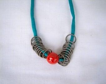 Seidenbandkette mit Porzellanperle und Spiralringe, Kette, Kette mit Anhänger, Perlenkette
