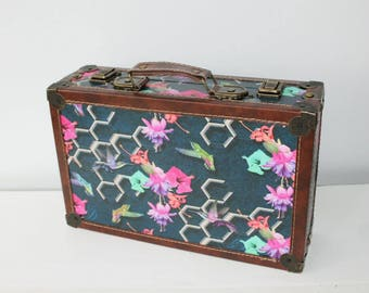 Wooden case, nostalgic suitcase, hummingbird, flowers