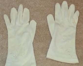 Vintage White Wrist Embroidered Gloves