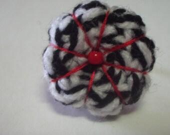 bague fleur japonaise noir et blanche en crochet, bijoux Gwenda'ailes