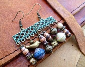 Boucles d'oreilles poétiques dépareillées, oiseaux, pierre naturelle, papier et bronze, très originales, tons marrons, bohemian earrings